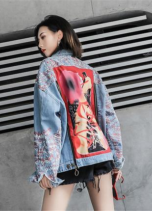 Женская джинсовая куртка drawstring с надписями и рисунком на спине голубая