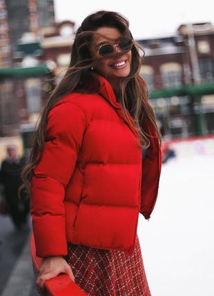 Стильный трендовый мини пуховик куртка короткий объемный мини красный алый матовый