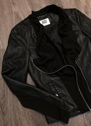 Чёрная кожаная куртка с тканевыми вставками