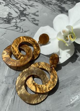 Акриловые янтарные серьги круглые кольца в стиле 80х 90х с мраморными разводами золотые