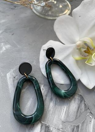 Акриловые зеленые овальные серьги кольца в стиле 80х 90х с мраморными разводами гвоздики