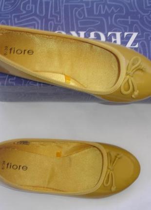 Фирменные горчичные туфли лодочки на 39 размер на широкую ножку