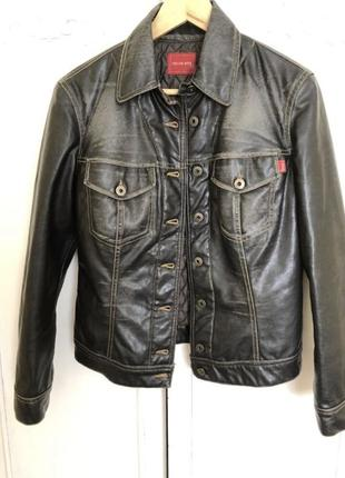 Куртка из искусственной кожи.