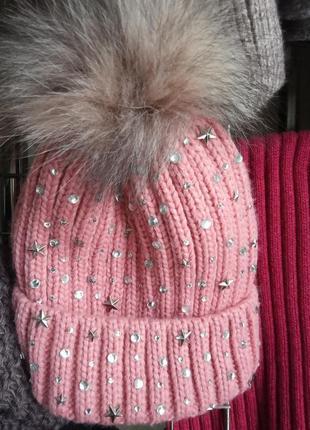 Модная шапка со стразами