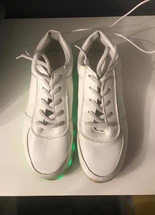 Кроссовки с светящейся подошвой