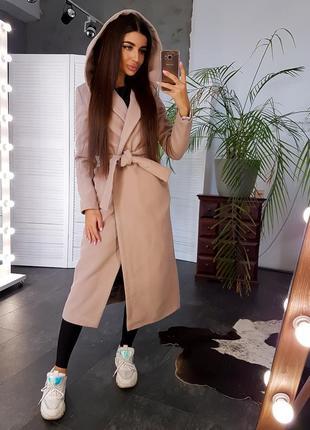 Бежевое кашемировое пальто с поясом и капюшоном