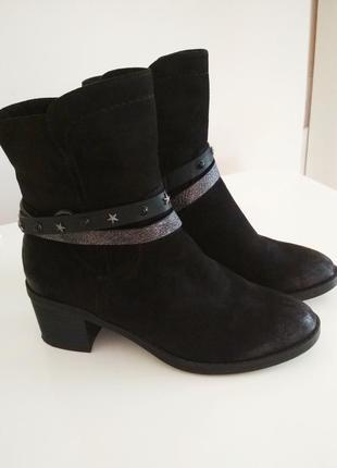 Стильные черные демисезонные ботинки на устойчивом каблуке. seveneast.