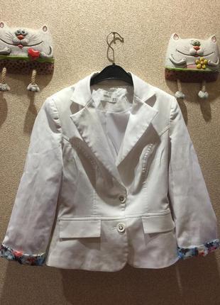 Белый пиджак с цветными манжетами siente