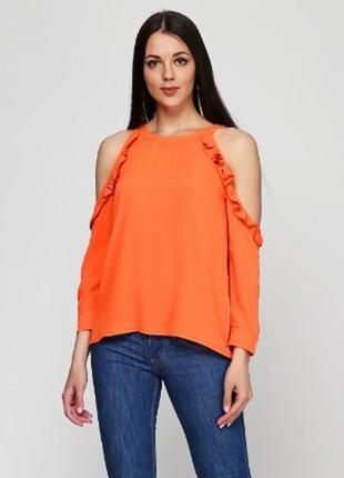 Яркая блуза с открытыми плечами и рюшами miss poem