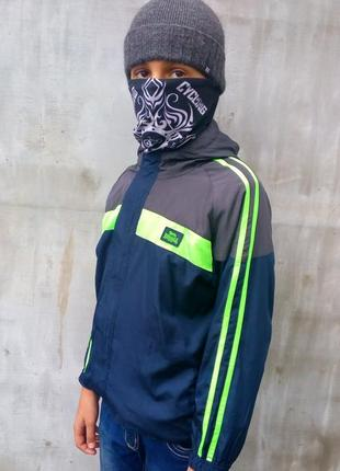 Классная куртка - ветровка lonsdale