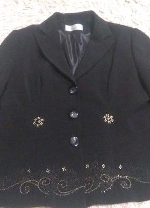 Двойка из жаккардового топа без рукавов золотой на черном фоне и пиджак
