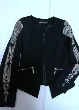 """Укороченный жакет """"рогожка""""с вышивкой на рукавах пиджак1 фото"""