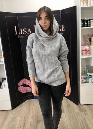Серый вязаный свитер оверсайз с горловиной