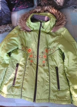 Лёгкая светло-зелёная куртка на синтепоне с вышивкой и натуральной опушкой 48-50 р.