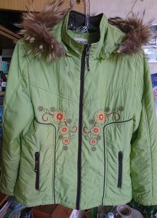 Лёгкая светло-зелёная куртка на синтепоне с вышивкой и натуральной опушкой 48-50 р.2 фото