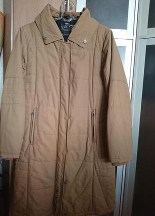 Непродуваемое пальто в спортивном стиле песочного цвета