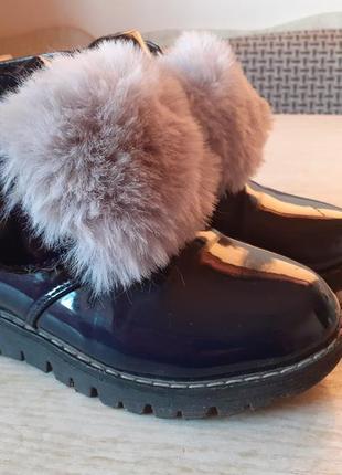Деми ботинки лапси, лаковые с меховыми бумбонами