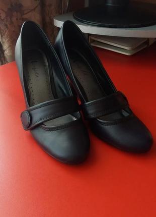 Темно-синие кожаные туфли
