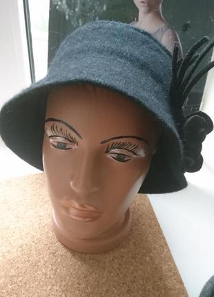 Стильная шляпка с букетом.