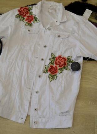 Белая джинсовая курточка с розами