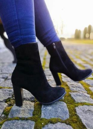 Демисезонные трендовые ботинки на каблуке