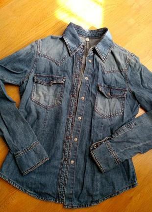 Красивая джинсовая рубашка  на кнопках