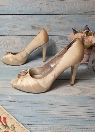 Атласные туфли босоножки с пряжкой с камнями стразами цвета айвори р. 40 - 41
