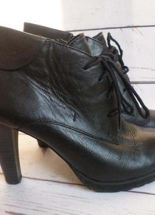 Чёрные кожаные сапожки ботинки  caprice