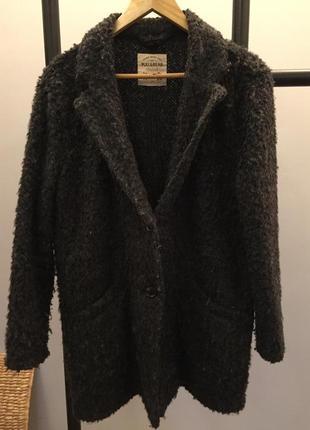 Тонкое пальто pull&bear