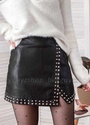 Кожаная юбка с заклёпками на запах черная мини короткая