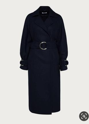 Эффектное пальто с объемными рукавами и актуальным широким поясом