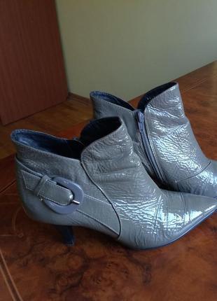 Dumond. стильные кожаные ботиночки. 38 размер. натуральная лаковая кожа.