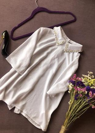 Актуальная белая блуза atmosphere  с жемчугом и камнями на воротнике и пуговицами сзади