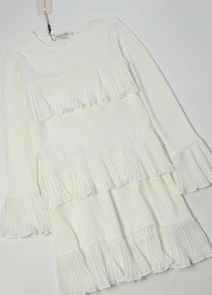 Роскошное белое платье с плиссированными оборками и длинным рукавом