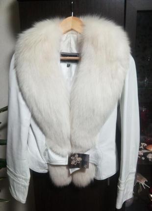 Кожаная белая куртка с мехом песца