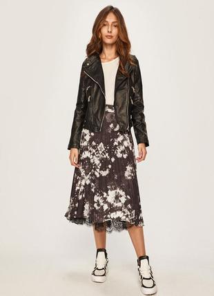 Куртка из коллекции answear. неутепленая модель выполнена из искусственной кожи.