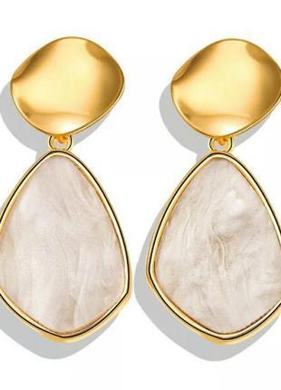 Стильные золотистые серьги необычной формы геометрия с крупным камнем