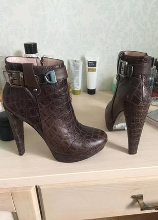 Стильные ботинки на каблуке.