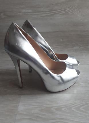 Кожаные серебряные туфли