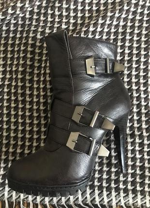 Крутые ботинки на шпильке