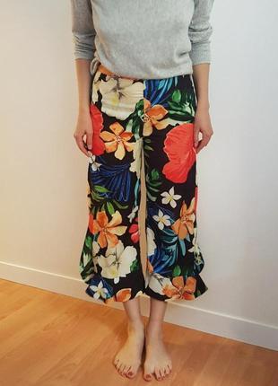 Яркие брюки - кюлоты с рюшами/воланами, цветочный принт