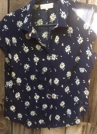 Красивая блуза тёмно синего цвета с принтом  в ромашку c&a