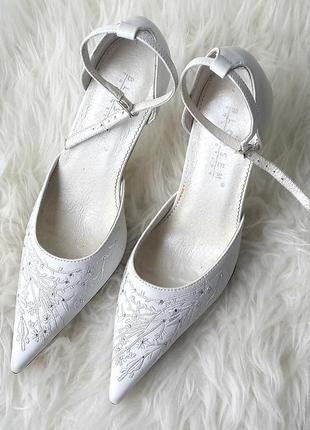 Свадебные туфли с вышивкой и стразами, нарядные туфли белого цвета