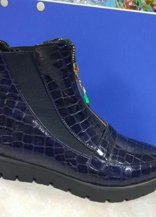 Синие лаковые демисезоные ботинки на тракторной подошве