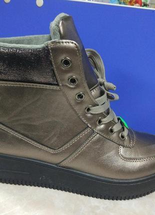 Лаковые демисезоные ботинки на танкетке  на шнурке