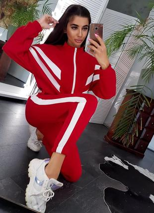 Красный спортивный теплый костюм с контрастными полосами
