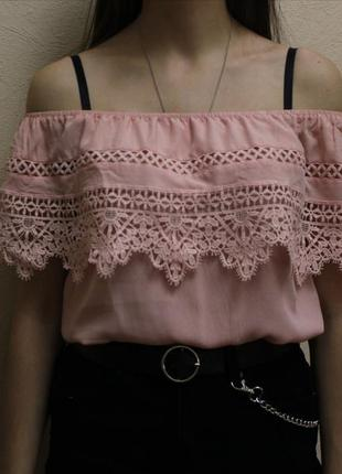 Нежный розовый топ с открытыми плечами