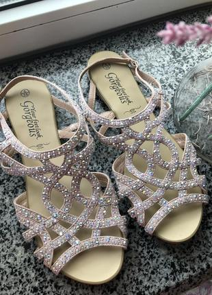 Актуальные бежевые  сандали, босоножки new look со стразами хамелеон (38 размер )