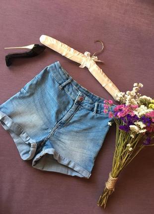 Актуальные джинсовые шорты с высокой посадкой и манжетом