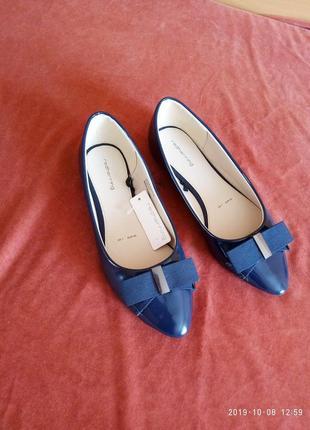 Туфли лаковые синего цвета.